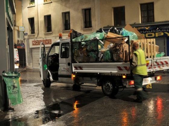 Travaux de nettoyage de la rue de la République de Saint-Denis